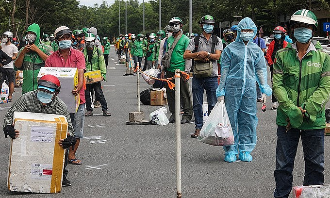 Shippers wait to deliver packages at a field hospital in Thu Duc, HCMC, July 21, 2021. Photo: VnExpress