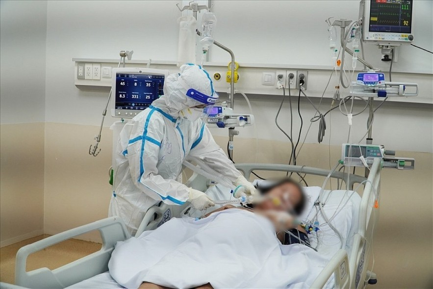 A critically ill COVID-19 patient receives special treatment. Photo: Cho Ray hospital