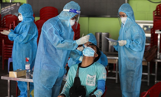 A medical staff takes samples of a shipper in Go Vap District, Ho Chi Minh City on August 31, 2021. Photo: VnExpress