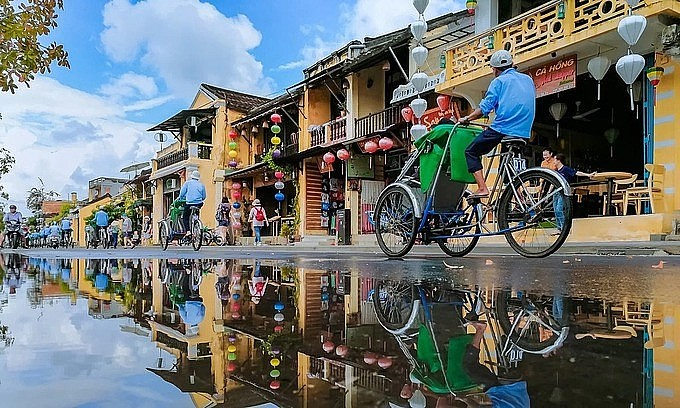 Tourists take cyclo rides in Hoi An ancient town, 2019. Photo: VnExpress