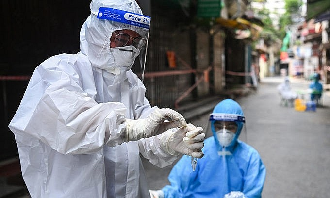 Medical staff take samples of residents in Thanh Xuan District, Hanoi. Photo: VnExpress