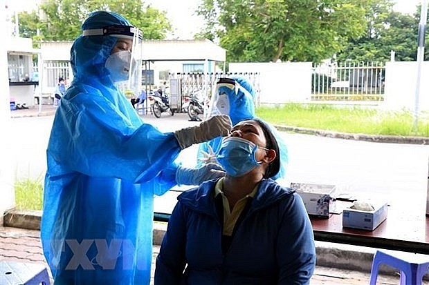 A health worker takes samples for Covid-19 testing. Photo: VNA