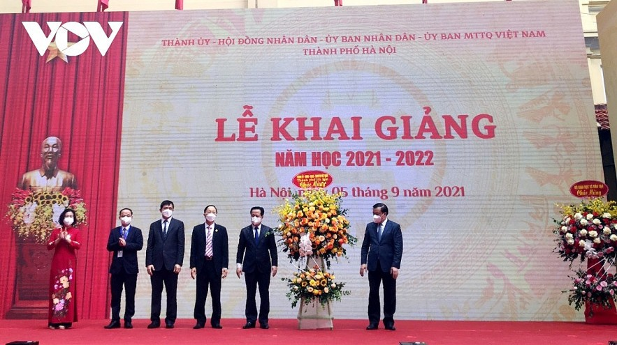 Hanoi authorities attend the opening ceremony of the new school year at Trung Vuong upper secondary school. Photo: VOV