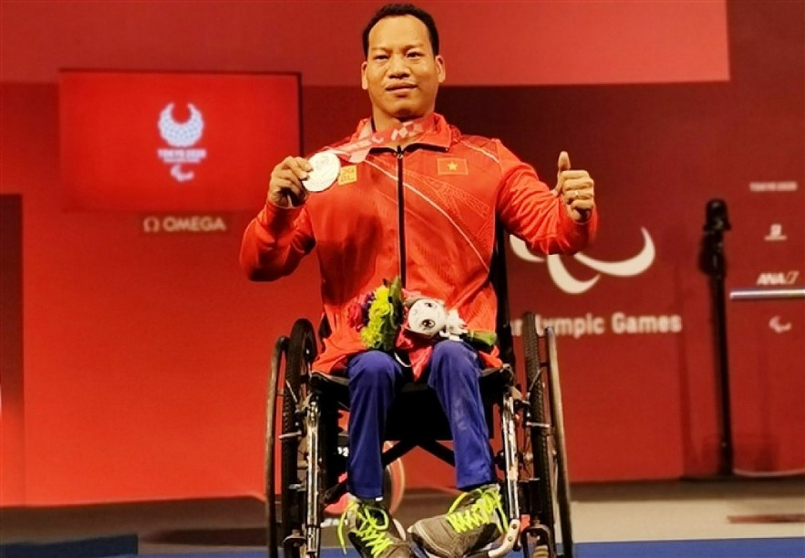 Weightlifter Le Van Cong has clinched the only silver medal for Vietnam at the Tokyo 2020 Paralympics. Photo: VOV