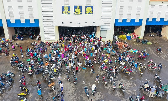 Vendors of Binh Dien wholesale market gather for coronavirus tests in July 2021. Photo: VnExpress