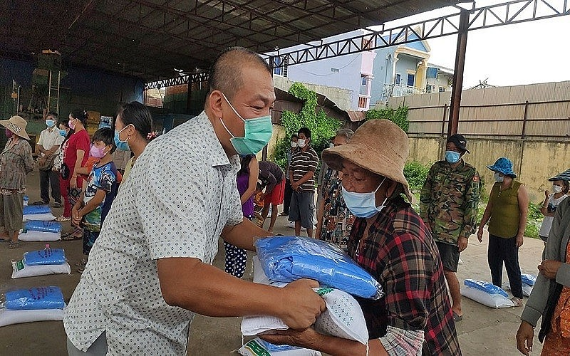 Vietnamese in Cambodia Receive Relief Aids Amid Covid-19 Fight