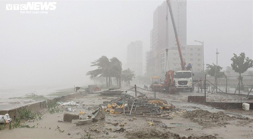Though Conson is yet to make landfall, strong winds and high tidal surges have damaged parts of the sea embankment system in Da Nang city. Photo: VTC