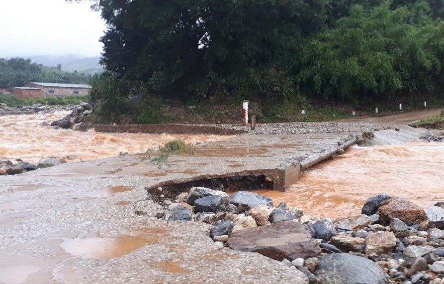 Risiing floodwaters damage parts of a provincial road in Kon Tum. Photo: VOV