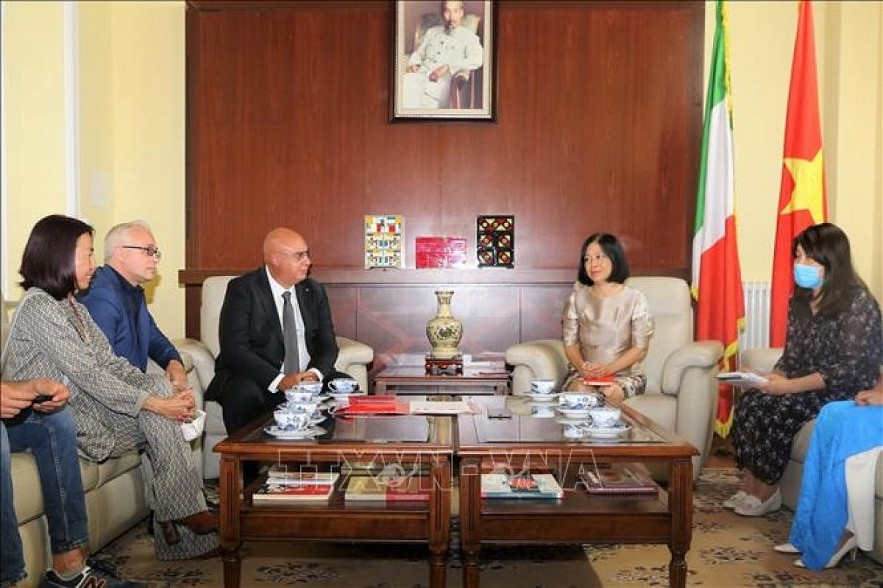 Italy's emergency service Sis 118 president Mario Balzanelli shares experience in COVID-19 treatment at a working session with Ambasador Nguyen Thi Bich Hue. Photo: VNA