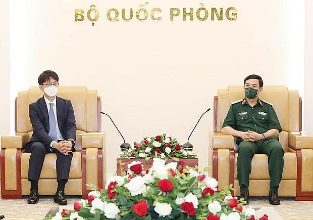 Vietnam's Minister of National Defence Gen. Phan Van Giang (right) receives Korea Vice Minister of National Defence Park Jae-min on September 16. Photo: VNA