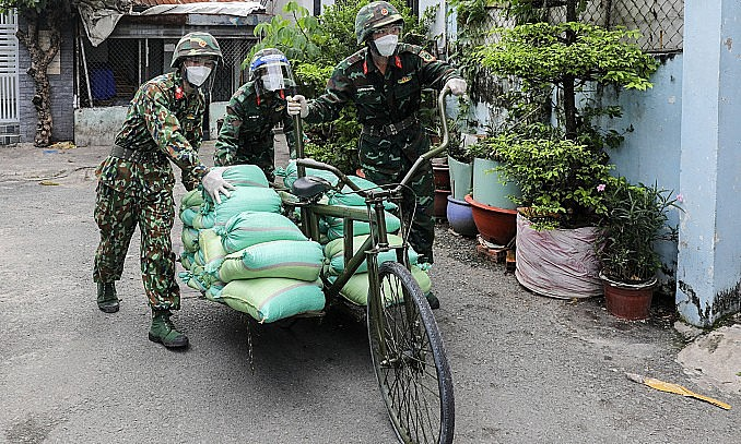 Soldiers deliver food to people in Binh Thanh District, HCMC, September 2, 2021. Photo: VnExpress