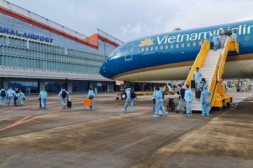 As many as 301 vaccinated passengers arrive in Vietnam from France on baord a Vietnam Airlines flight on September 23. Photo: VOV