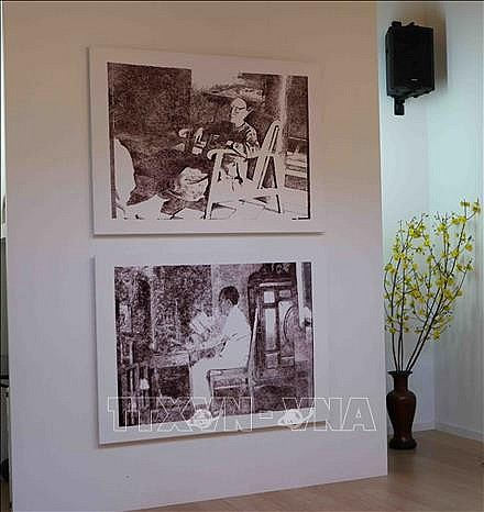 The image of painter Thi Nguyen's grandparents is drawn by computer algorithms and printed on dó paper. Photo: VNA