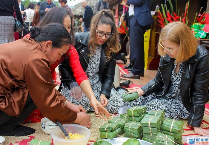 foreign diplomats learn to make chung cake for the first time