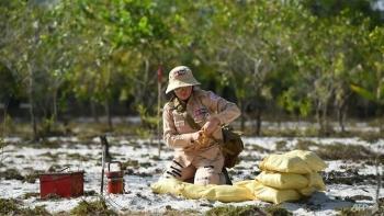 Vietnamese women strive to clear war-era mines