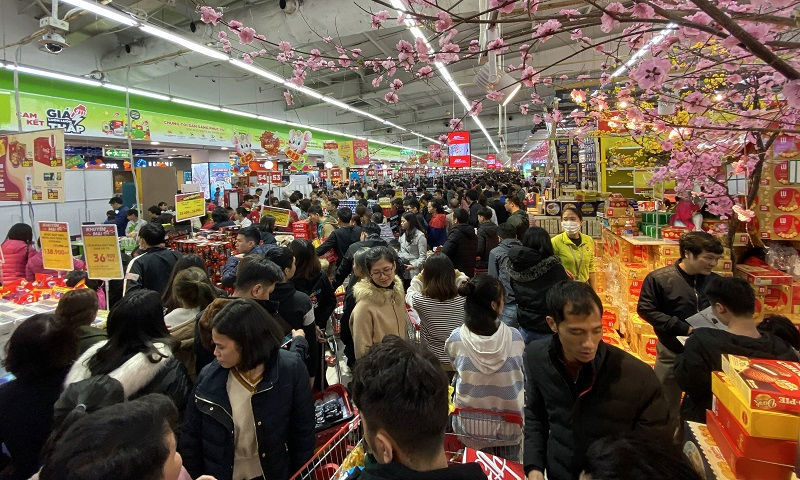 large queues at hanois supermarket as tet is drawing near