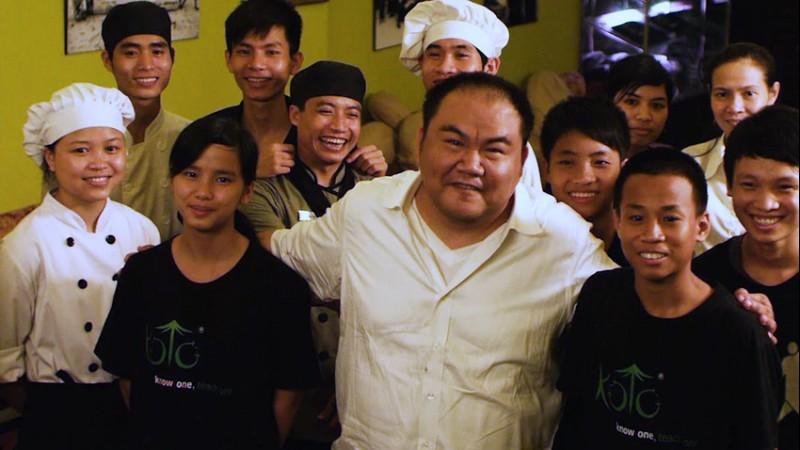 Vietnamese-Australian man starts cooking school for street kids in Vietnam