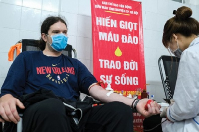 expats in hanoi donate blood amid covid 19 vietnam needs you now