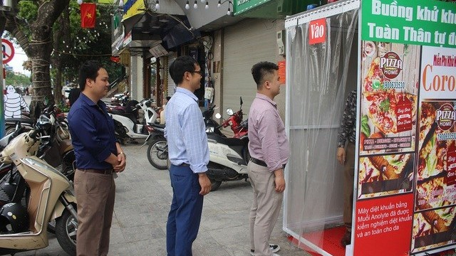 Hanoi pizza restaurant equipped with disinfection chamber to prevent coronavirus