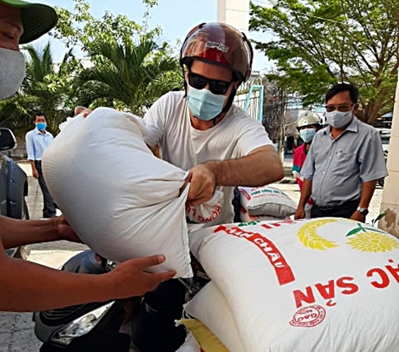 foreign tourist donates vietnams rice atm to support those affected by covid 19