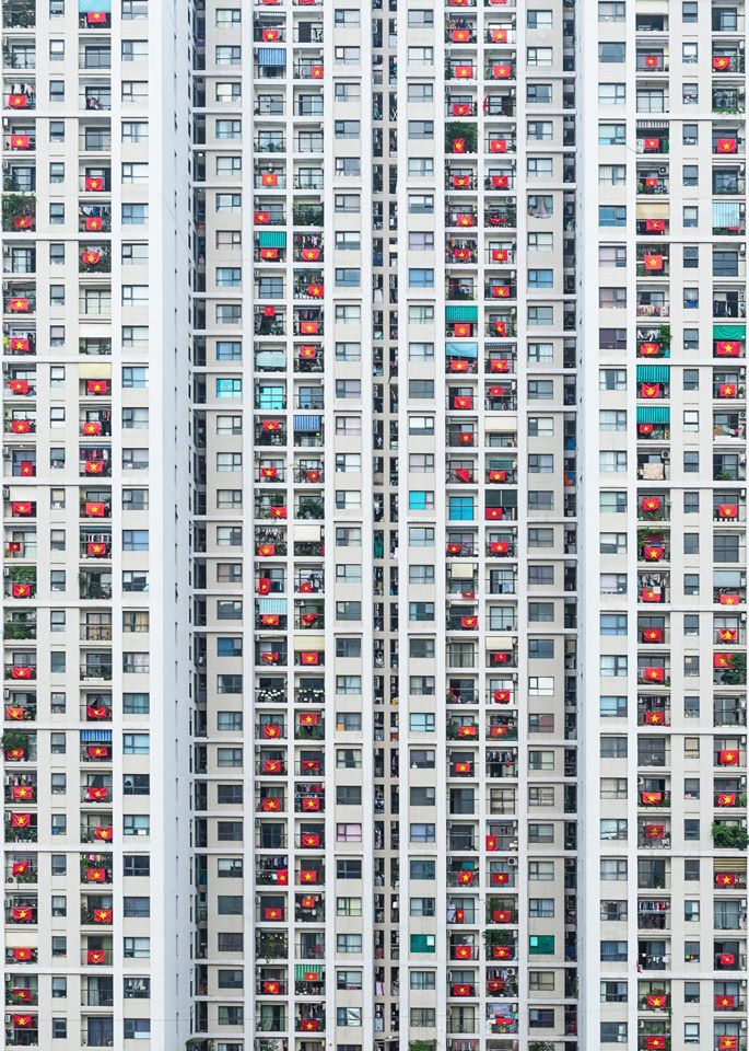 picture hanoi apartment residents hang national flag to cheer covid 19 front line