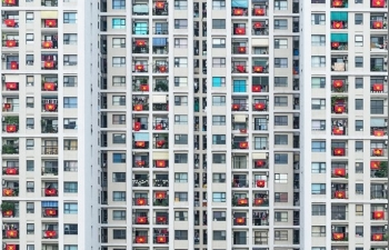 picture national flags simultaneously hung up hanoi apartment raising covid 10 fight spirit