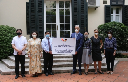 Vietnam - Germany Friendship Association donates 80,000 masks to help Germans fight against COVID-19