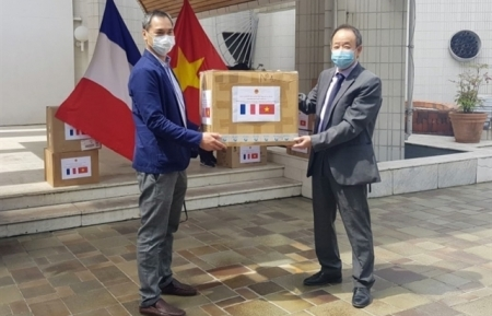 Vietnam donates 15,000 face masks to France
