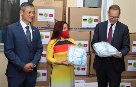berlin mayor applauses vietnamese community in germany for their charity work