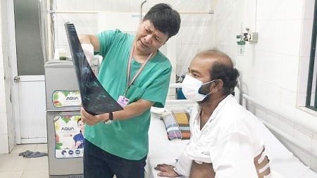 Vietnamese doctors timely treating three foreigners stuck in country due to COVID-19