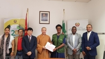 Vietnamese Buddhists present 100 tons of rice to Mozambique storm victims