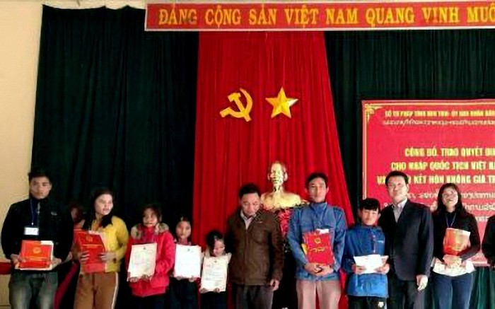 more than 50 lao nationals gain vietnamese citizenship