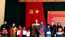 more than 50 lao nationals gain vietnamese citizenship