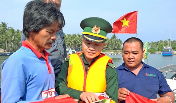 vietnamese fishermen join hands in ensuring order at sea