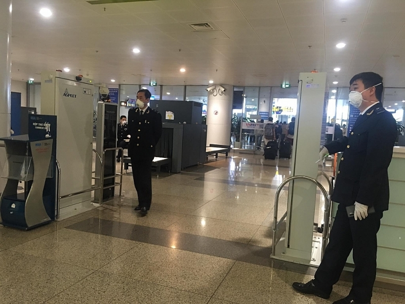 noibai customs quickly clears entry passengers luggagedue to covid 19 pandemic