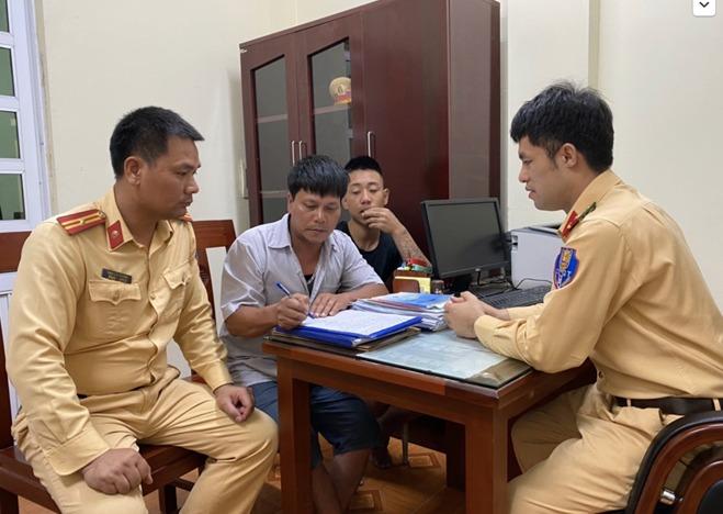 hanoi traffic policemen save drowning man