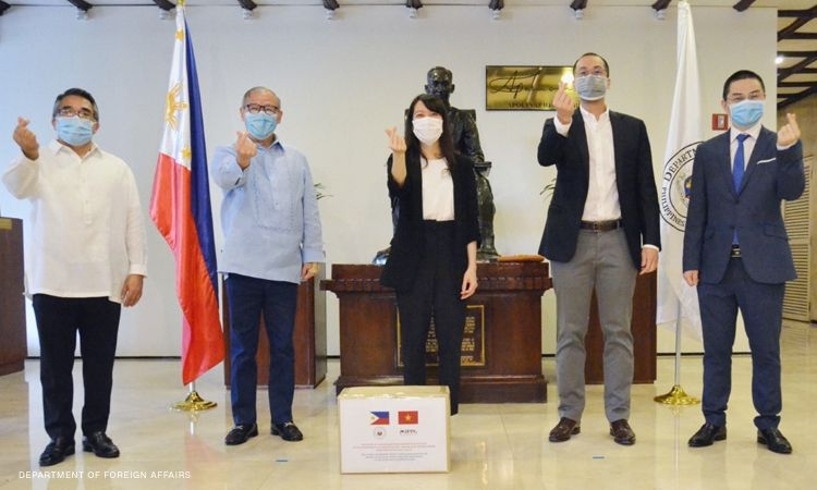 vietnamese male billionaire donates face masks ppe for filipino frontliners to combat covid 19