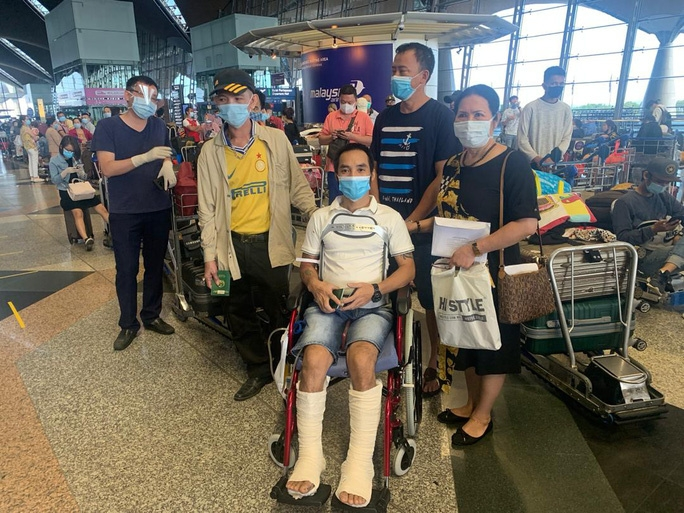 over 300 vietnamese citizens brought home from malaysia