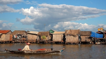 cambodian fishermen starve for fish as river reversal runs late