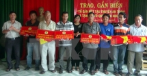 phu yen province presents 1000 national flags to fishermen