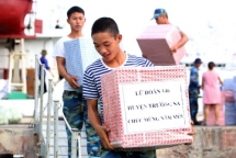 tet gifts from the mainland arrive at truong sa island