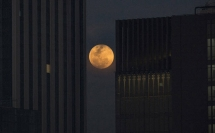 Thousands turn out to catch special super blue blood moon