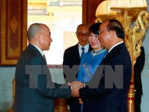 prime minister tightens amity with cambodian royal family
