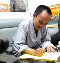 hcm city disabled man walks to hanoi to register as organ donor