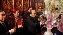 pm nguyen xuan phuc offers incense honouring hung kings