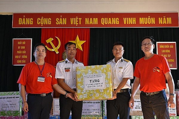 Overseas Vietnamese donate 51.600 USD to people, soldiers in Truong Sa Islands