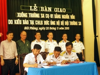 Overseas Vietnamese in Germany presents canoe to naval forces
