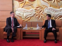 ambassador kritenbrink commits to increasing the number of vietnamese students in us