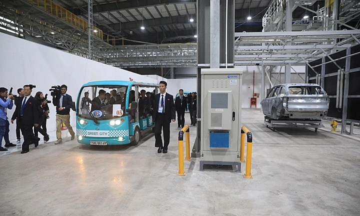 DPRK representatives visit VinFast automobile manufacturing facility