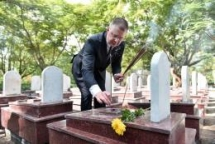 us ambassador visits martyrs cemetary in quang tri for the first time